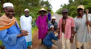 SENEGAL - 12. JUNI: Gruppe Männer, die eine Pause während ihrer Arbeit machen Stockfotografie