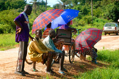 SENEGAL - SEPTEMBER 19: Åskådare som håller ögonen på den traditionella struen Royaltyfri Foto