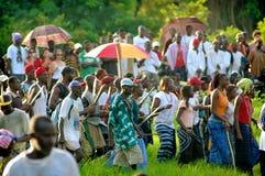 SENEGAL - SEPTEMBER 19: Åskådare som håller ögonen på den traditionella struen Arkivfoto