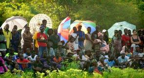 SENEGAL - SEPTEMBER 19: Åskådare som håller ögonen på den traditionella struen Royaltyfria Foton