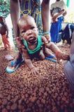 SENEGAL - SEPTEMBER 17: Behandla som ett barn från den Bedic etniciteten, Bedicen Arkivfoto