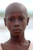 SENEGAL - 17. SEPTEMBER: Junge von der Insel von Carabane Lächeln Stockbild