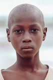 SENEGAL - 17. SEPTEMBER: Junge von der Insel von Carabane Lächeln Stockbilder