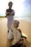 SENEGAL - 16. SEPTEMBER: Mädchen von der Insel von Carabane Aufstellung Stockfotos