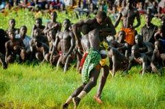 SENEGAL - SEPTEMBER 19: Män i den traditionella ansträngningen (brottning Arkivfoto