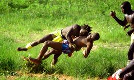 SENEGAL - SEPTEMBER 19: Män som slåss i den traditionella ansträngningen Royaltyfri Foto