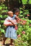 SENEGAL - SEPTEMBER 15: Meisje met een baby van Dindefelo-het spelen Royalty-vrije Stock Afbeeldingen
