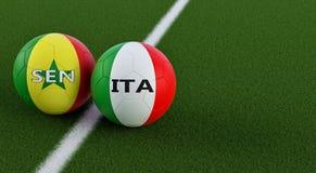 Senegal vs Italien fotbollsmatch - fotbollbollar i Italys och Senegals nationella färger på ett fotbollfält Arkivfoton