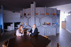 Senescent человек встречал с женским работником для чашки чаю во время bre Стоковое Изображение RF