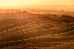 Senesi Креты, Rolling Hills на заходе солнца. Сельский ландшафт около Сиены. Тоскана, Италия Стоковая Фотография