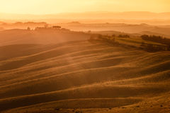 Senesi di Creta, Rolling Hills sul tramonto. Paesaggio rurale vicino a Siena. La Toscana, Italia fotografia stock
