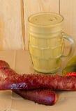 Senfwurst-Dillgurke auf Papier Stockbild