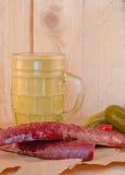 Senfwurst-Dillgurke auf Papier Stockbilder