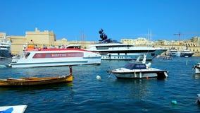 SENGLEA, ΜΑΛΤΑ - 19 ΙΟΥΝΊΟΥ 2018: Η καθημερινή δραστηριότητα στη μαρίνα Vittoriosa, πλήρη των γιοτ πολυτέλειας, μικρές βάρκες του απόθεμα βίντεο