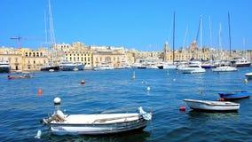 SENGLEA, ΜΑΛΤΑ - 19 ΙΟΥΝΊΟΥ 2018: Μικρές βάρκες και γιοτ πολυτέλειας στη μαρίνα Vittoriosa με μια άποψη σχετικά με Birgu στο υπόβ απόθεμα βίντεο
