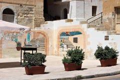 Senglea Malta, Juli 2015 En liten fyrkant på invallningen med väggar som målas av en lokal konstnär royaltyfria bilder