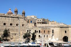 Senglea Malta, Juli 2016 Kraftig befästningar och parkering av yachter framme av dem arkivfoto