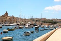 Senglea, Malta, Lipiec 2016 Mnogie łodzie i jachty zakotwiczali w zatoce stary miasteczko fotografia stock