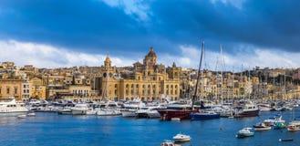 Senglea Malta - panorama- vew av yachter och segelbåtar som förtöjer på den Senglea marina i Grand Canal av Malta Arkivbilder