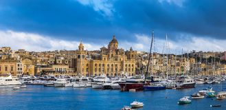 Senglea, Malta - Panoramische vew van jachten en varende boten die bij Senglea-jachthaven in Grand Canal van Malta vastleggen Stock Afbeeldingen
