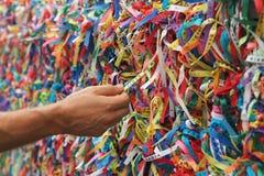 Senhor faz fitas de Bonfin em Pelourinho, Salvador, Baía, Brasil Fotos de Stock