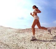 Senhora adolescente que funciona na areia Foto de Stock Royalty Free