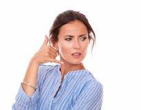 Senhora adulta irritada que quer saber com gesto da chamada Fotografia de Stock Royalty Free
