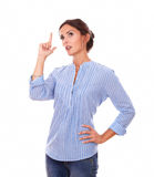 Senhora adulta querendo saber na blusa azul que olha acima Fotografia de Stock Royalty Free