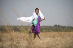 Senhora africana que anda no campo fotografia de stock