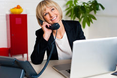 Senhora alegre contratada em uma conversação jovial imagens de stock royalty free