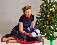 A senhora ao lado da árvore de Natal Imagens de Stock