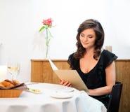 Senhora apenas no restaurante imagem de stock royalty free