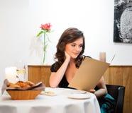 Senhora apenas no restaurante foto de stock