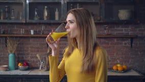 A senhora aprecia a bebida no plano vídeos de arquivo