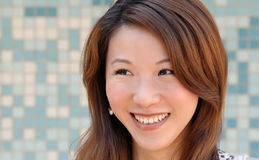 Senhora asiática bonita na frente do mosaico e do sorriso Foto de Stock