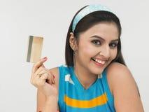 Senhora asiática com seu cartão de crédito Fotos de Stock Royalty Free