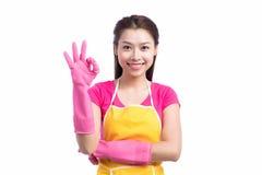 Senhora asiática de sorriso da limpeza nova com showin de borracha cor-de-rosa das luvas foto de stock royalty free