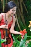 Senhora asiática nos jardins botânicos Fotografia de Stock Royalty Free