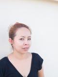Senhora asiática nova curiosa que olha em algo Fotografia de Stock Royalty Free