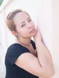 Senhora asiática nova curiosa que olha em algo na natureza Fotos de Stock
