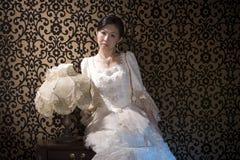 Senhora asiática olhando de sobrancelhas franzidas fotografia de stock