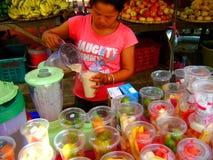 Senhora asiática que faz o lassi dos milks shake do fruto Imagens de Stock