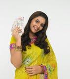 Senhora asiática com notas da moeda Imagem de Stock Royalty Free
