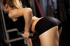 Senhora atlética que faz o exercício com pesos Foto de Stock Royalty Free