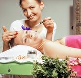 Senhora atrativa da foto conservada em estoque que obtém o tratamento no salão de beleza, cuidado de sorriso dos termas do doutor Fotos de Stock
