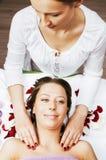 Senhora atrativa da foto conservada em estoque que obtém o tratamento no salão de beleza, cuidado de sorriso dos termas do doutor Imagens de Stock