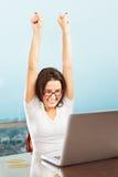 Senhora bem sucedida na frente do portátil Imagens de Stock Royalty Free