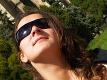 Senhora bonita com óculos de sol imagens de stock