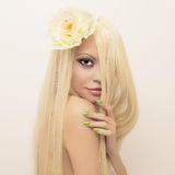 Senhora bonita com cabelo magnífico Fotografia de Stock Royalty Free