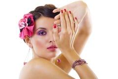 Senhora bonita com composição roxa brilhante Fotografia de Stock